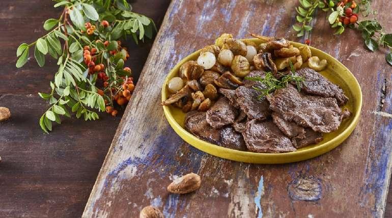 Veado com castanhas e cogumelos